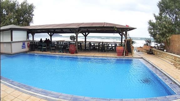 basen przy plaży w h. Galini Sea View