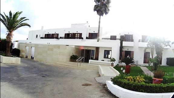 front budynku h. Geraniotis Beach