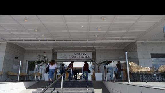 Wejście do budynku głównego Alyssa Suite