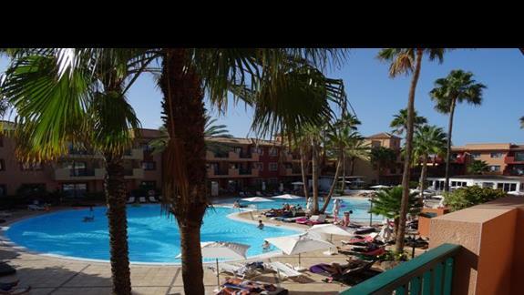 Kompleks basenów z restauracją włoską w tle hotelu Aloe club