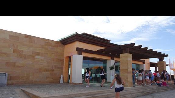 Wejście do budynku głównego Club Caleta Dorada