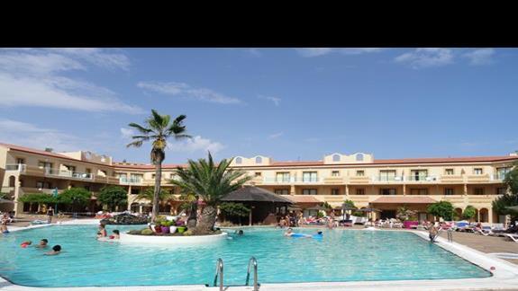 Basen główny hotelu Elba Lucia