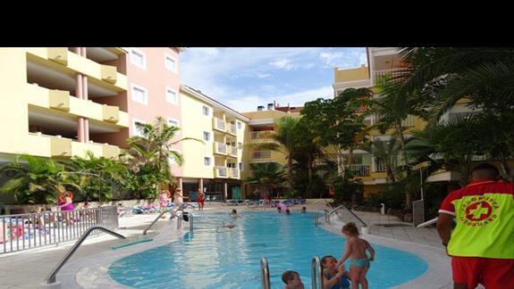 Baseny w hotelu Costa Caleta