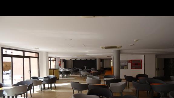 Bar z mala scena w COsta Caleta