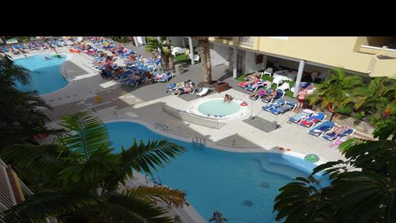 Widok na baseny w Costa Caleta