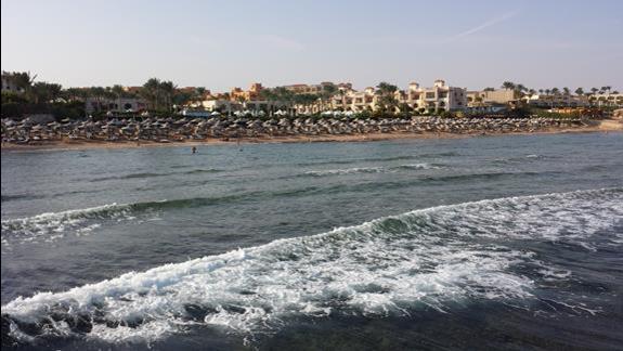 widok z molo na hotel i plaze