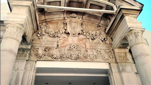 Zabytkowe rzeźby nad wejściem hotelu