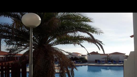 Widok na domek od strony basenu.