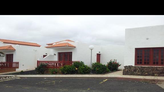 Widok na domek od strony ulicy.