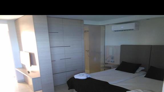 Sypialnia w pokoju deluxe, Marina Elite