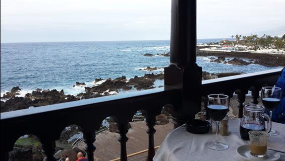 Puerto de la Cruze, widok z knajpki na miejskie wybrzeze.