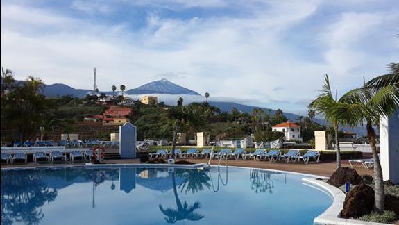 Widok na Teide z hotelowego basenu.