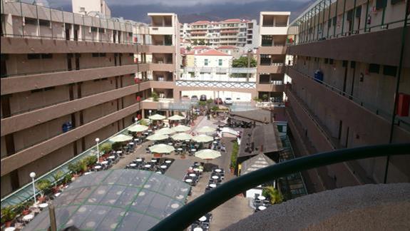 widok z klatki schodowej hotelu na plac wewnetrzny