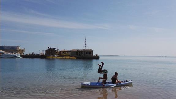 Widok z hotelowej plaży, animator na łodzi