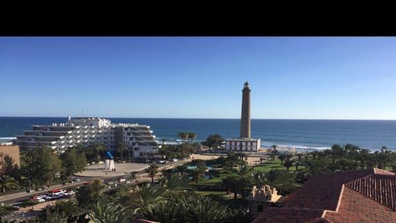 Widok z hotelu na latarnię i ocean