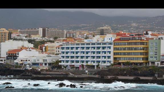 Widok hotelu od strony zatoki