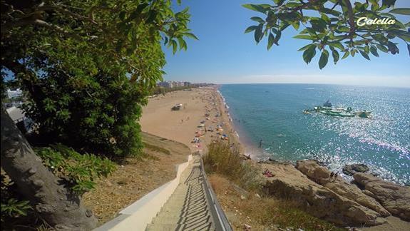 Urokliwy krajobraz z klifu przy plazy