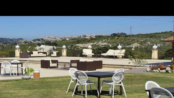 Il Parco Degli Ulivi - stolik przy basenie
