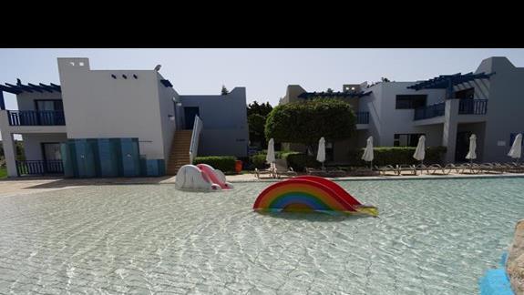 Basen i zjeżdżalnie dla najmłodszych w hotelu Castillo Village
