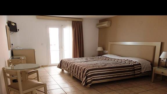 pokój po remoncie w hotelu Koni Village