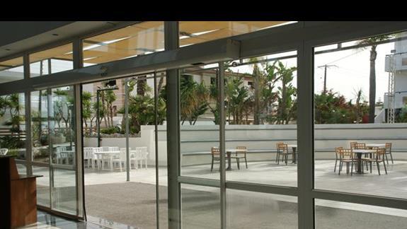 Widok z lobby baru na amfiteatr