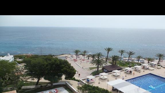 widok na morze oraz teren hotelu