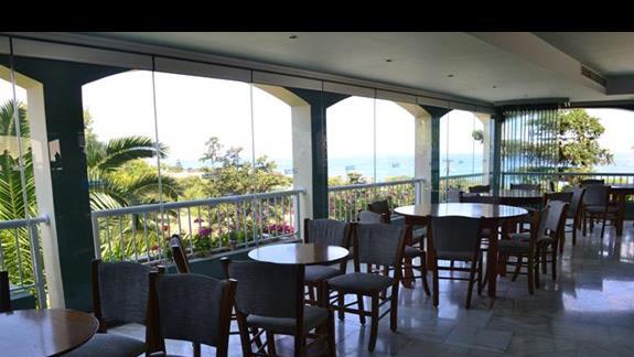 Przeszklone lobby hotelu Rethymno Mare