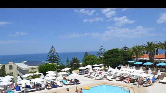 Widok z tarasu na basen w hotelu Rethymno Mare