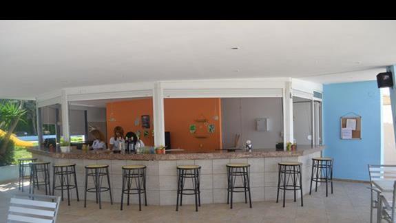Bar przy basenie w hotelu Nicolas Villas