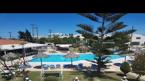 widok z pokoju na basen