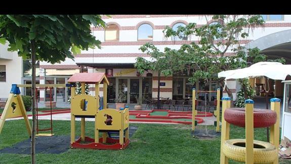 plac zabaw i minigolf