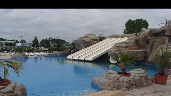 basen ze zjeżdżalniami