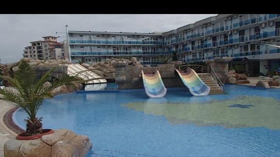 kolejny basen ze zjeżdżalniami