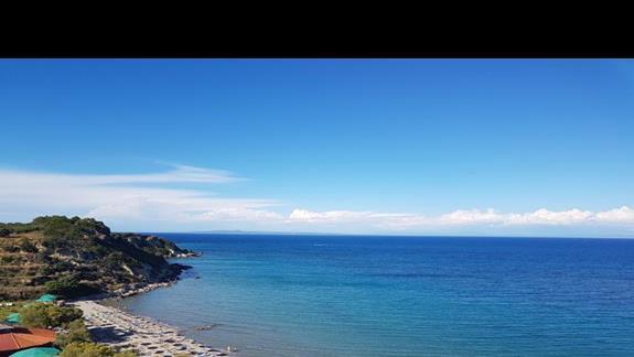 widok z hotelu na plażę i morze