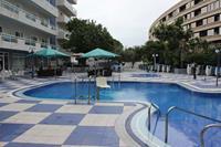 Hotel Santa Monica Playa - basen z podnośnikiem dla osób niepełnosprawnych w hotelu Santa Monica Playa