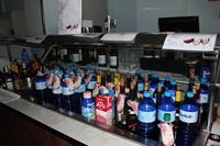 Hotel Santa Monica Playa - lodówka z napoczętymi  napojami w restauracji z numerami pokoi w hotelu santa Monika Playa