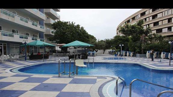 basen z podnośnikiem dla osób niepełnosprawnych w hotelu Santa Monica Playa