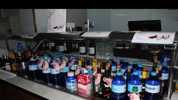 lodówka z napoczętymi  napojami w restauracji z numerami pokoi w hotelu santa Monika Playa