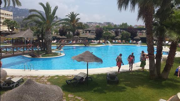 Spokojny basen ze słoną wodą