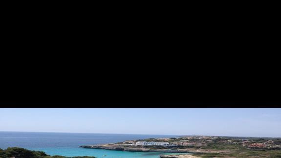 widok z pokoju na plaze i basen