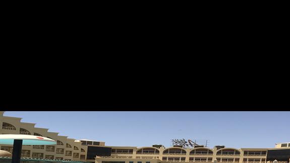 Widok na hotel z brodzika dla dzieci.