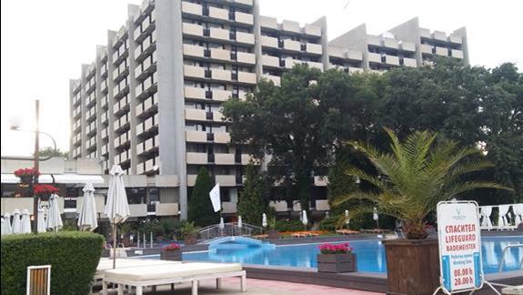 Widok na Grand Hotel Varna od strony basenu