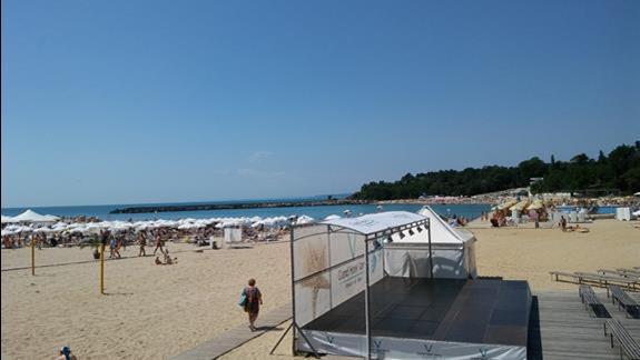 Widok ze schodów na scenę i plaże