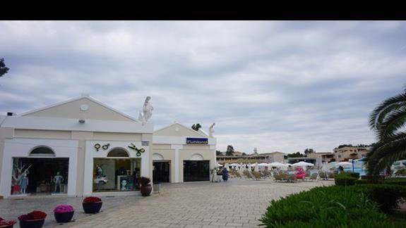 teren hotelowy - basen sklepy