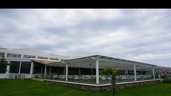 teren hotelowy - restauracja z zewnątrz