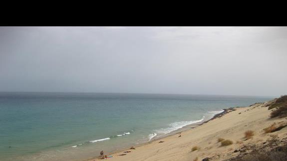 plaża  przy hotelu w czasie przypływu