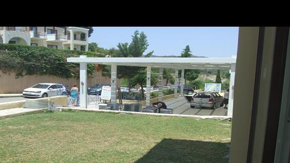 Wejście do hotelu- Pracownicy firmy wentylacyjnej robiąc prace podczas naszego pobytu na zapleczu stołówki