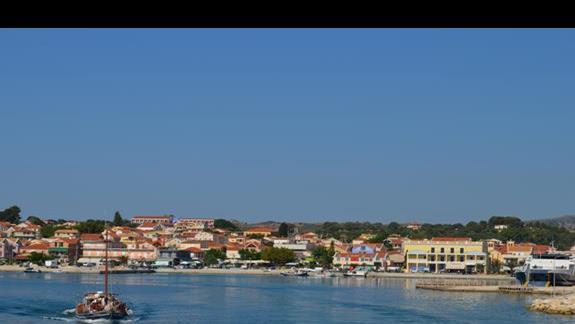 port w Lixouri - na wzgórzu hotel Palatino