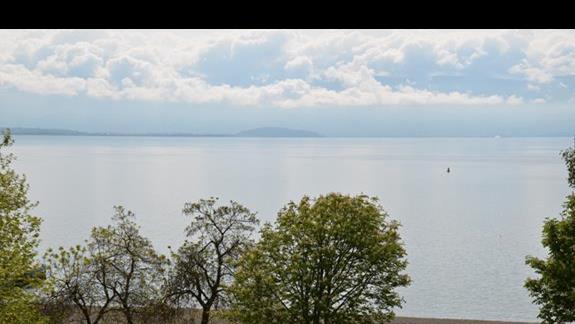 Widok z pokojowego balkonu w hotelu Izgrev Spa & Aquapark