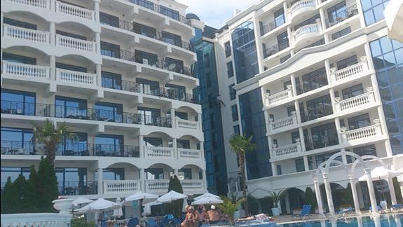 widok hotelu z basenu przy deptaktu